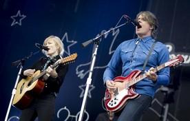 Ilse DeLange (l) en JB Meyers staan met The Common Linnets op Zandstock.