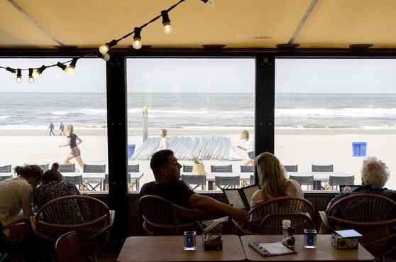 Schrijnend gebrek aan personeel noopt strandpaviljoen Luctor et Emergo tot nemen drastische maatregel: zelfbediening