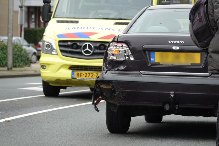 Motorrijder klapt achterop auto en raakt gewond in Purmerend