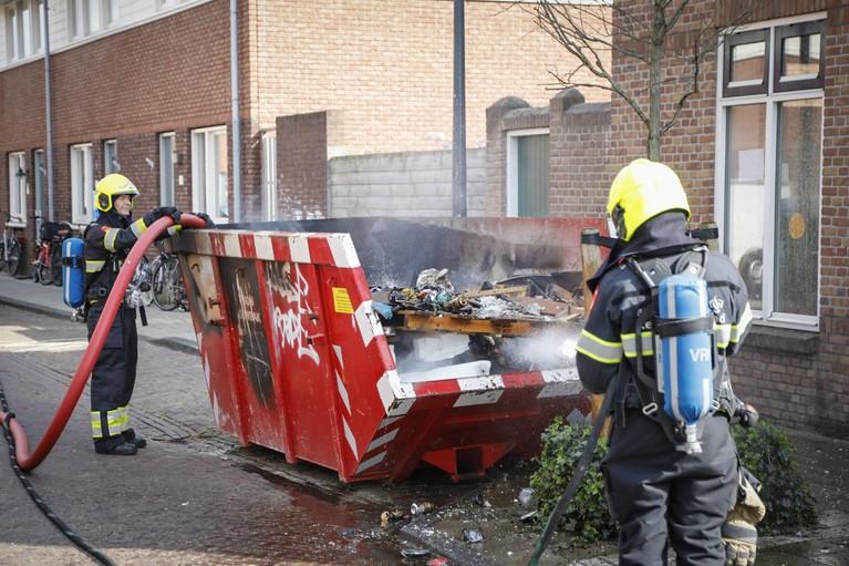 Containerbrand zet straat vol rook in Haarlem