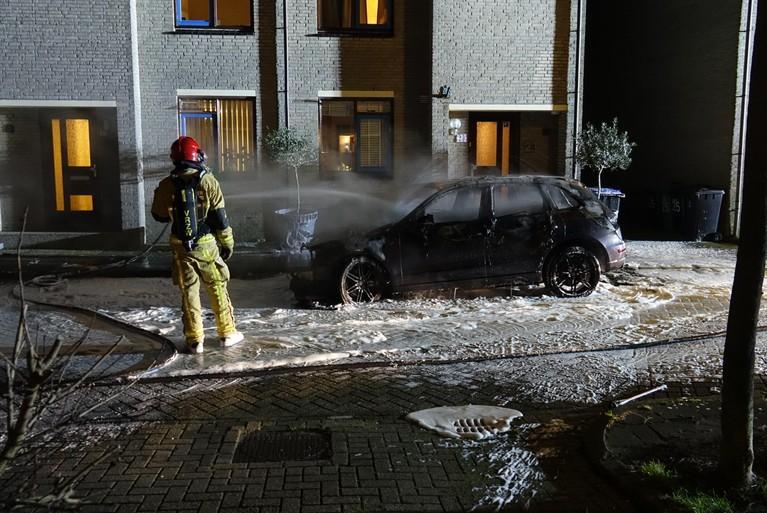 Buren brengen hond terug bij eigenaar van uitgebrande auto Zaandam