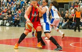 Nadine Boesaart (rechts) ruim een jaar geleden voor Den Helder in duel met Marlous Nieuwveen van Lions.