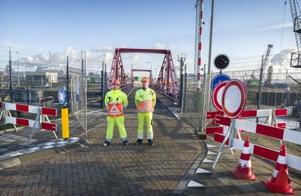 Velsen draait de duimschroeven aan bij Rijkswaterstaat over sluisroute