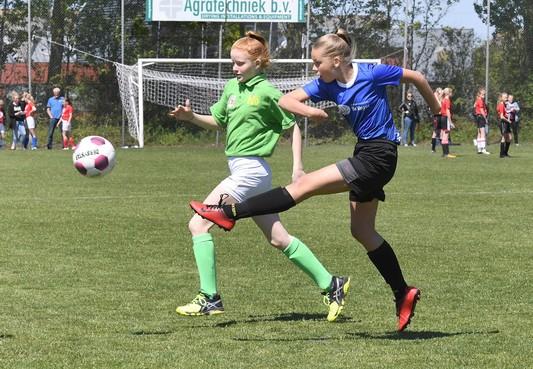 Regels overboord bij kampioenschap schoolvoetbal, maar het fluitje blijft onmisbaar
