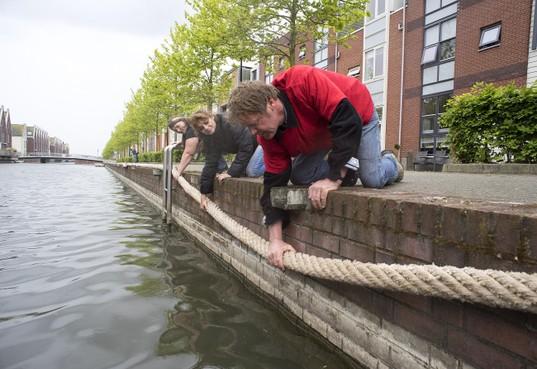 Dikke touwen als reddingsboei voor kat in de Helderse wateren