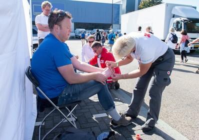 EHBO'ers druk met voeten bepleisteren in Zaandam