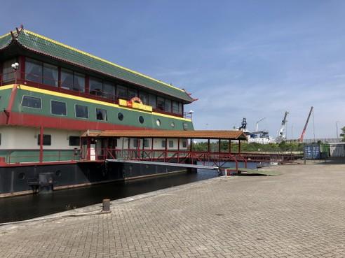 Waar nu de Chinese boot ligt, moet straks een droogdok komen in haven Den Helder