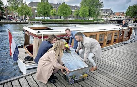 Uitvaart per salonboot van Heemstede naar hartje Haarlem [video]