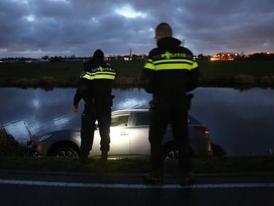 Gloednieuwe auto belandt in water in Noordwijk