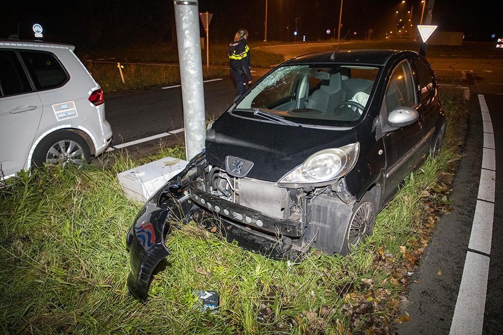 Auto ramt lantaarnpaal in Overveen, inzittenden gaan ervandoor - Haarlems Dagblad